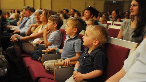 Kinder im Auditorium