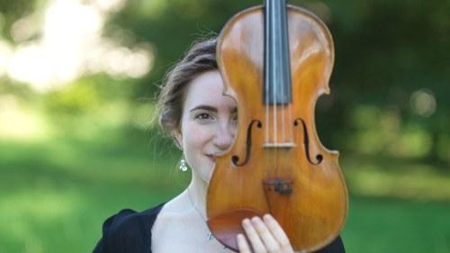 Musikerin im Park