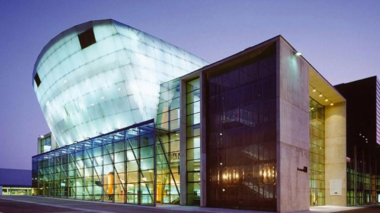 Im Herzen des Kulturbezirks St. Pölten präsentiert sich das Festspielhaus als einer der führenden Spielorte für Tanz und Musik zwischen Tradition und Moderne. Das vom Grazer Architekten Klaus Kada geplante Festspielhaus gilt als einer der markantesten Theaterbauten zeitgenössischer Architektur in Österreich und präsentiert ein hochkarätiges Programm.