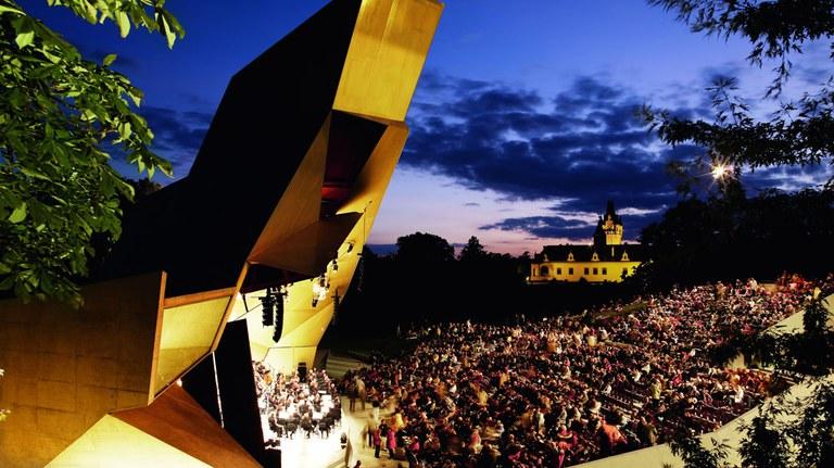Hochkarätige Konzerte in traumhafter Kulisse: Grafenegg, zwischen Wien und der Kulturlandschaft Wachau gelegen, hat sich innerhalb weniger Jahre zu einem international renommierten Festivalstandort entwickelt. Spielstätten sind das Auditorium und der Wolkenturm. © Andreas Hofer