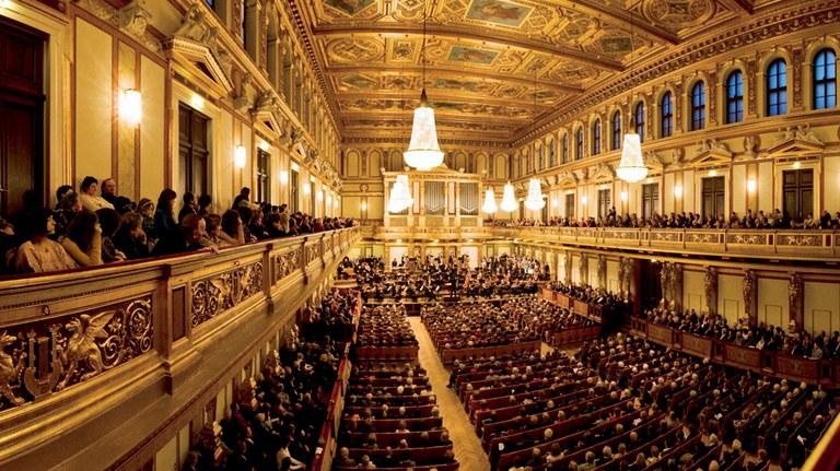 Der Wiener Musikverein ist das traditionsreichste Konzerthaus in Österreich. Der berühmte Große Musikvereinssaal, auch als Goldener Saal bekannt, gilt als einer der schönsten und akustisch besten Säle der Welt. Mit drei Abonnementzyklen ist das Tonkünstler-Orchester von Oktober bis Juni zu Gast.