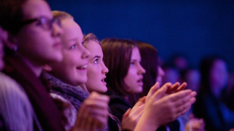Die großen Werke der Orchesterliteratur treffen auf Moderation, Schauspiel, Tanz und andere Künste. Es gibt Angebote für Familien und Schulklassen in St. Pölten, Grafenegg und Wien.
